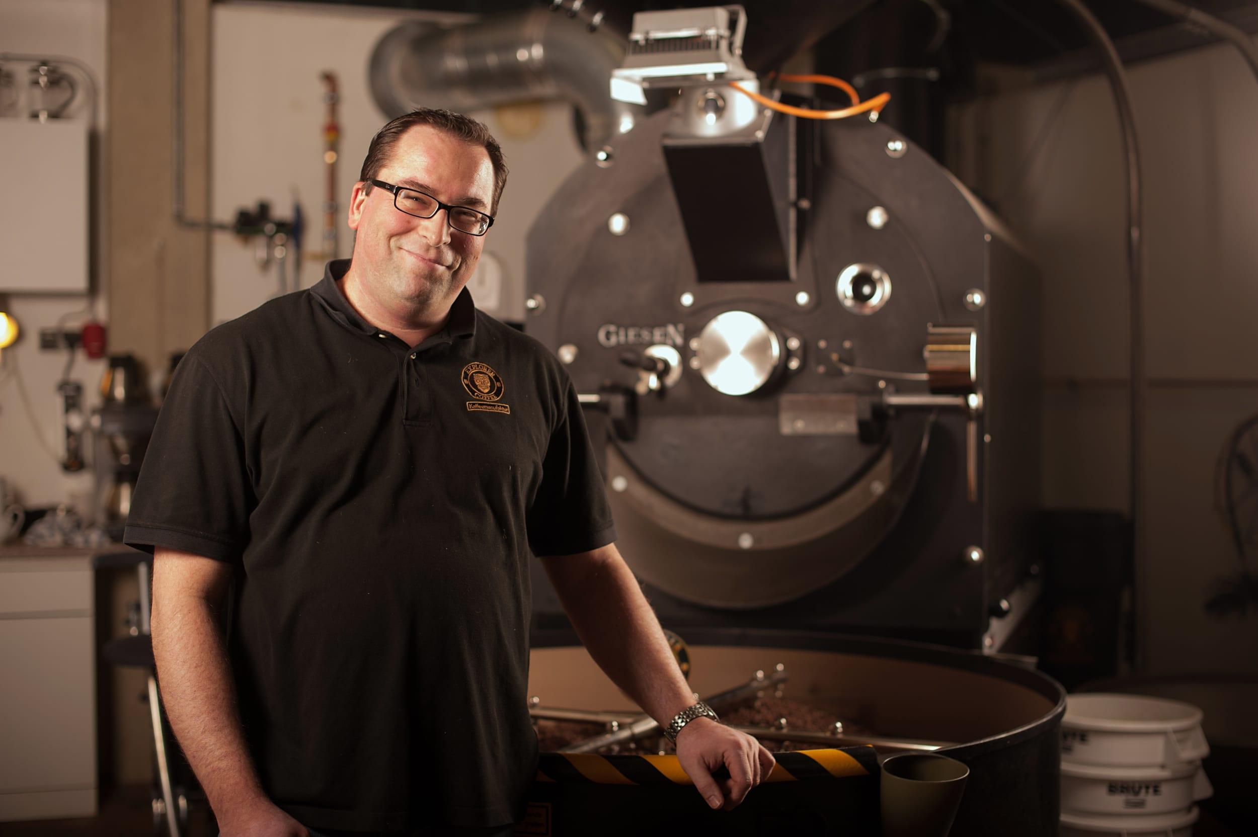 Explorer Coffee, Christoph Schubert an der Röstmaschine für ehrlich feinen Barista Kaffee